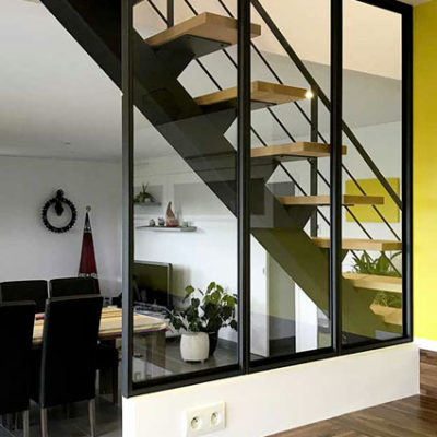 Escalier limon central verriere metal noir bois assortis